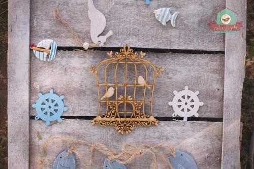 Fából készült madárpár, kalitkában
