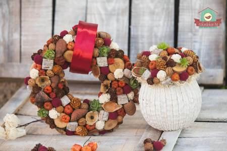 Csodás őszi színekben pompázó ajtó- és asztaldísz természetes kiegészítőkkel