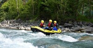 Miniraft paddelt durch Wellen auf dem Lech in Tirol