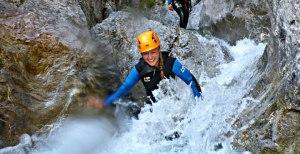 spaß beim rutschen während einer Canyoningtour in Tirol