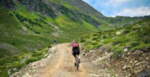 mit dem Mountainbike auf einem Almweg durch die Lechtaler Alpen