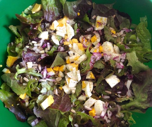 La salade est prête, ici, une feuille de chêne