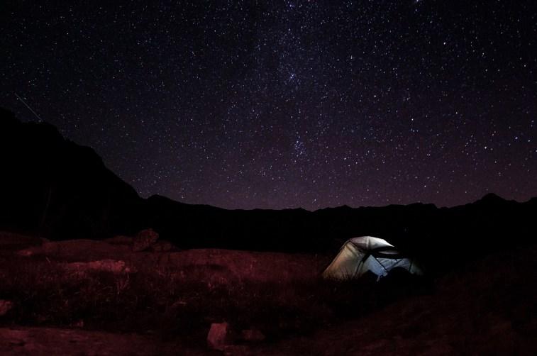 Bivouac en tente et ciel nocturne