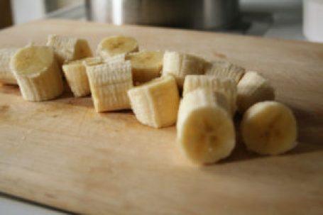 la banane est riche en enzymes qui aident à digérer et à soulager les brûlures d'estomac.