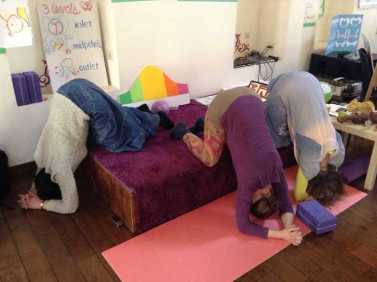 position inversée en avant pratiquée en cours de préparation à l'accouchement