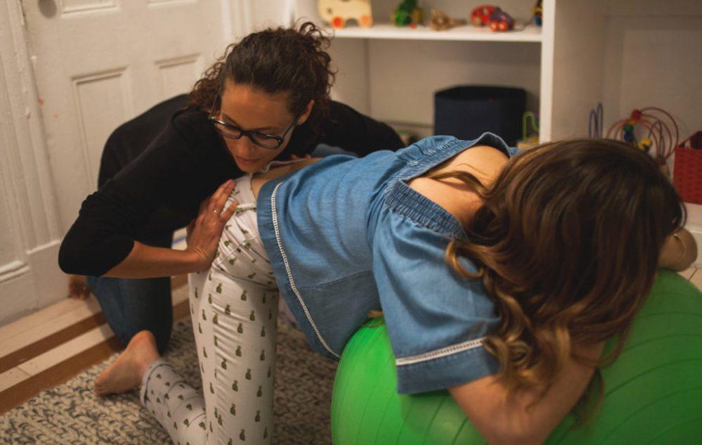 Double pression des hanches pendant l'accouchement - Naturelle Maman