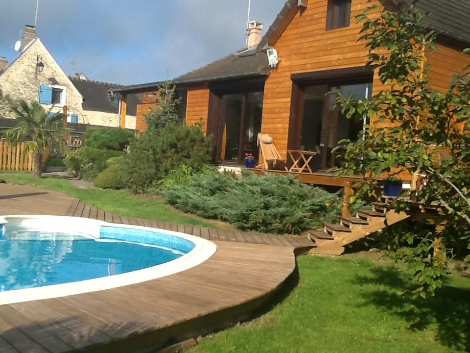 terrasse en bois - deck de piscine - habillage façade bois / réalisation sur mesure par Naturellement Bois - Essonne - 91 / Seine et Marne - 77