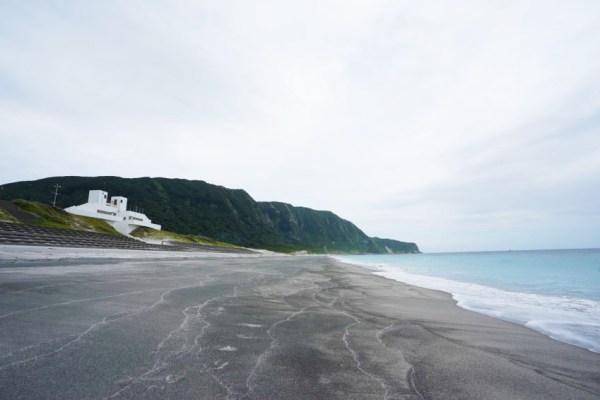 新島・羽伏浦海岸とメインゲート