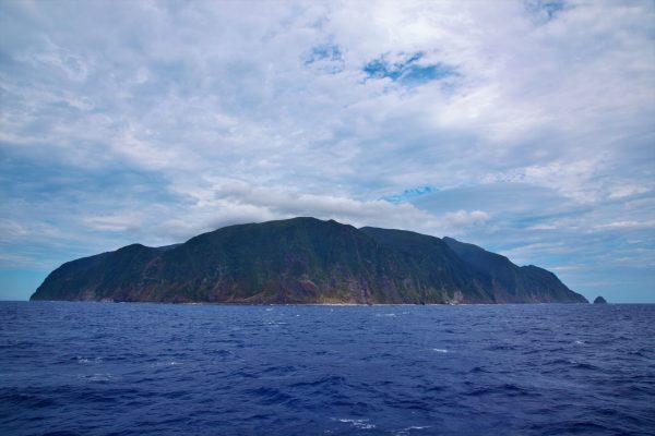 島の周りは切り立った崖