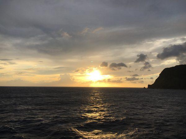 甲板から朝日を見ながら着岸決定を待つ