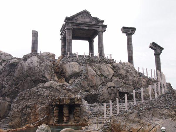 ギリシアの神殿を思わせる温泉