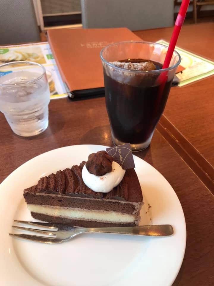 カフェでコーヒーとケーキ