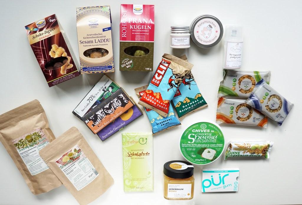 Meine Messe-Ausbeute: Rohkost-Konfekt, vegane Kosmetik, Energieriegel, gefriergetrockneter Smoothie, vegane Schokolade, veganer Frischkäse, nichtveganer Honig, Xylitol-Kaugummis