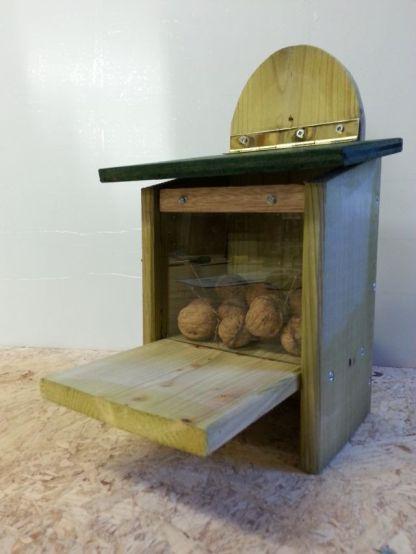 Eekhoorn voederhuisje met noten