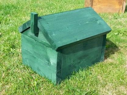 Egelhuisje met Schoorsteen in de kleur Old-Green