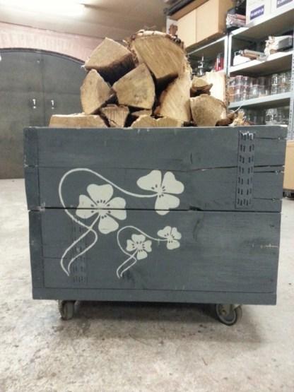 Houtwagen van Steigerhout met kachelhout gevuld