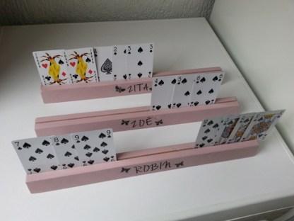 Speelkaartenstandaard Speelkaartenstandaard van Steigerhout in krijtverf met kaarten