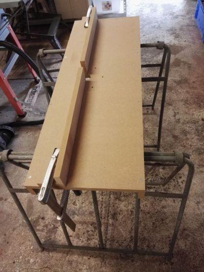 Draagbare Freestafel met geleiderail vastgezet met lijmklemmen