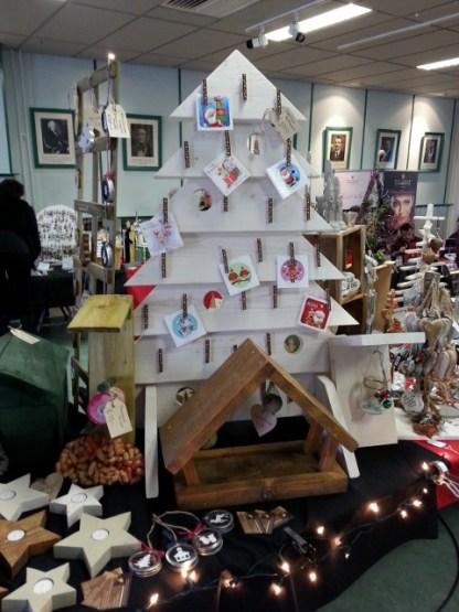 Wenskaartenboom van Steigerhout in onze stand op de Kerstmarkt