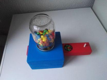 Snoepautomaat van Steigerhout met gevulde snoeplade