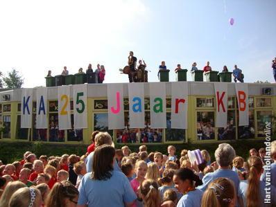 kids op plein en trommelaars op dak