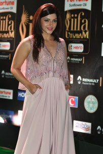 mehreen pirzada kaur hot at iifa awards 2017 HAR_58750009