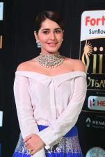 rashi khanna hot at iifa awards 2017MGK_09320052