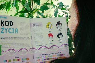 Autorka czytająca kosmiczne pismo dla dziewczynek
