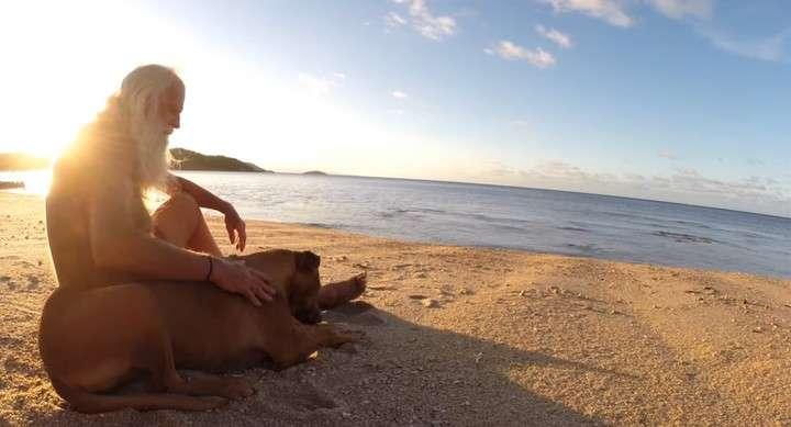 David Glasheen tiene 74 años y vive solo hace 20 en una isla desierta.