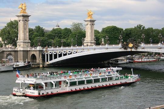 Los Bateaux-mouches en París desde 1949