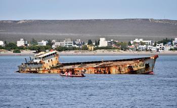 Hundieron un pesquero frente a las costas de Puerto Madryn para crear un arrecife artificial