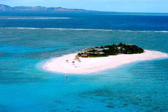El mejor confinamiento del mundo: en una isla desierta surfeando.