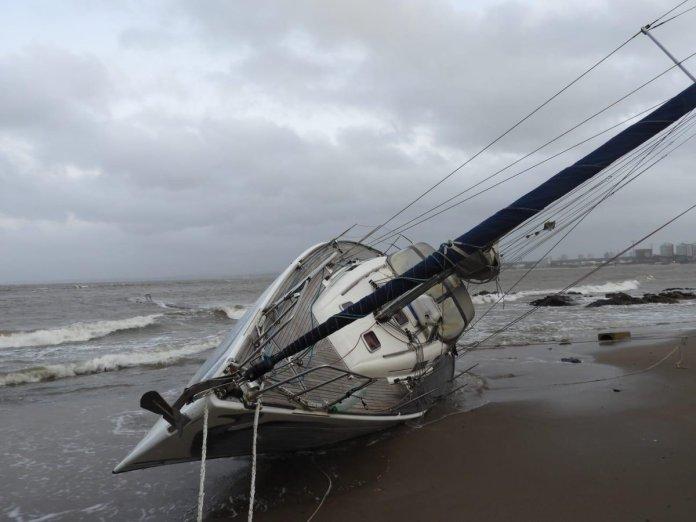 Velero encallado en Punta del Este