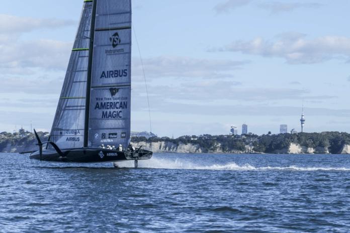 Americane Magic navega en Auckland