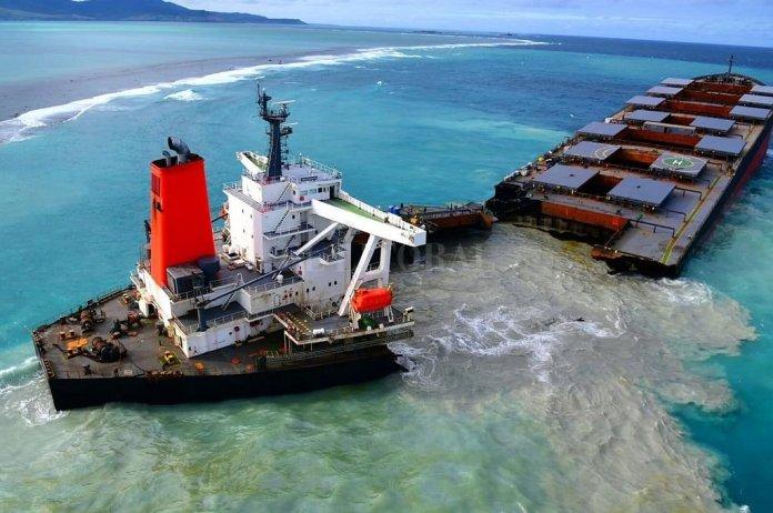Buque petrolero se parte en dos frente a Isla Mauricio