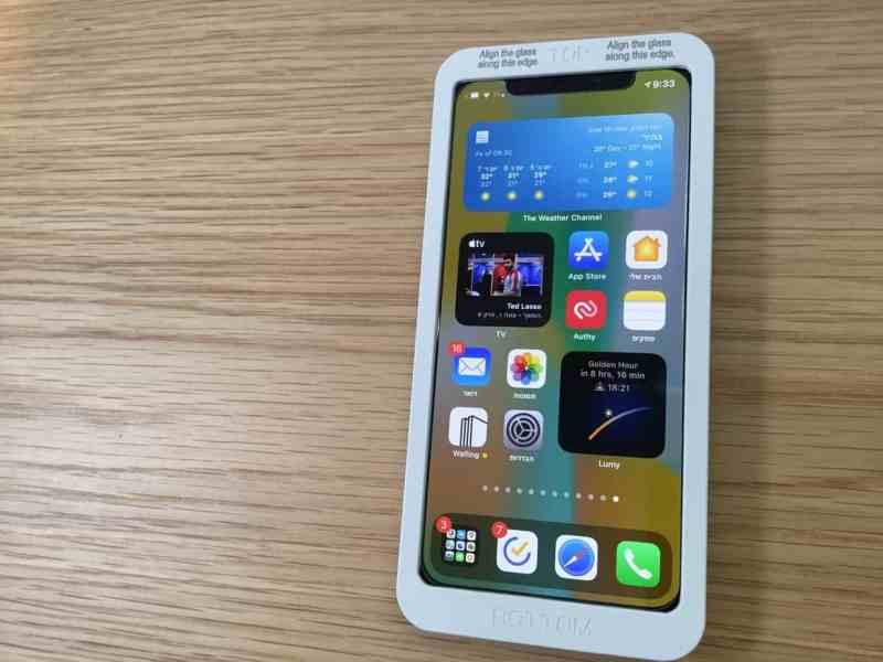 אייפון X בתוך מסגרת היישור להדבקה מושלמת ישרה וללא בועות