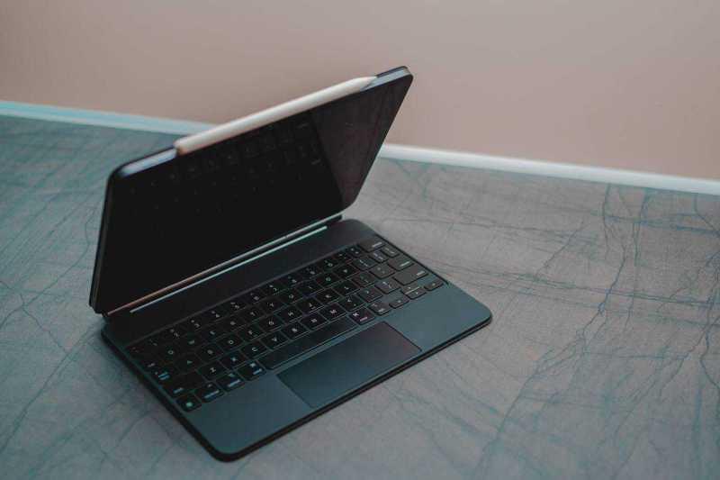 משקל ועמידות Magic Keyboard פחות מינימליסטית מהמקלדות האחרות לאייפד