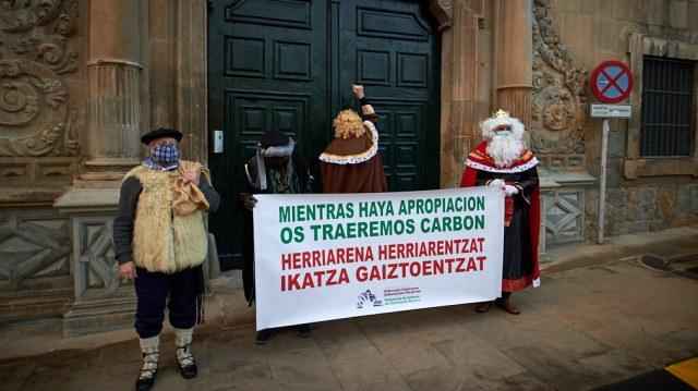 Llevan carbón al Arzobispado de Pamplona y critican los bienes inmatriculados por la Iglesia