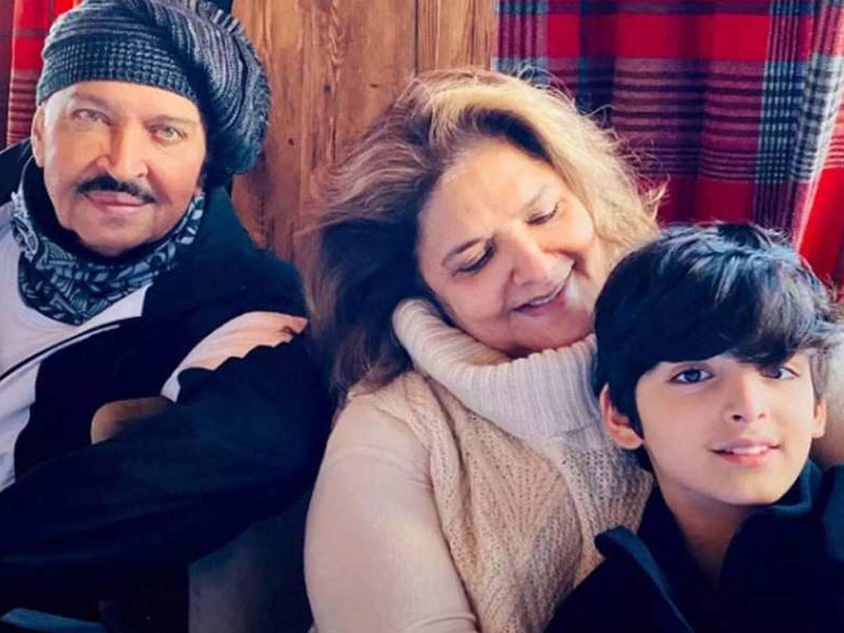 Good news for Roshan family, Corona report of Hrithik's mother Pinky Roshan came negative