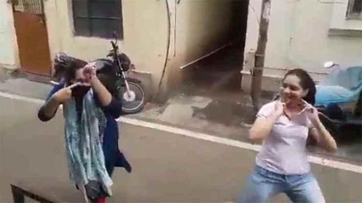 कोरोना को हराने पर बहनों के साथ झूमा पूरा देश