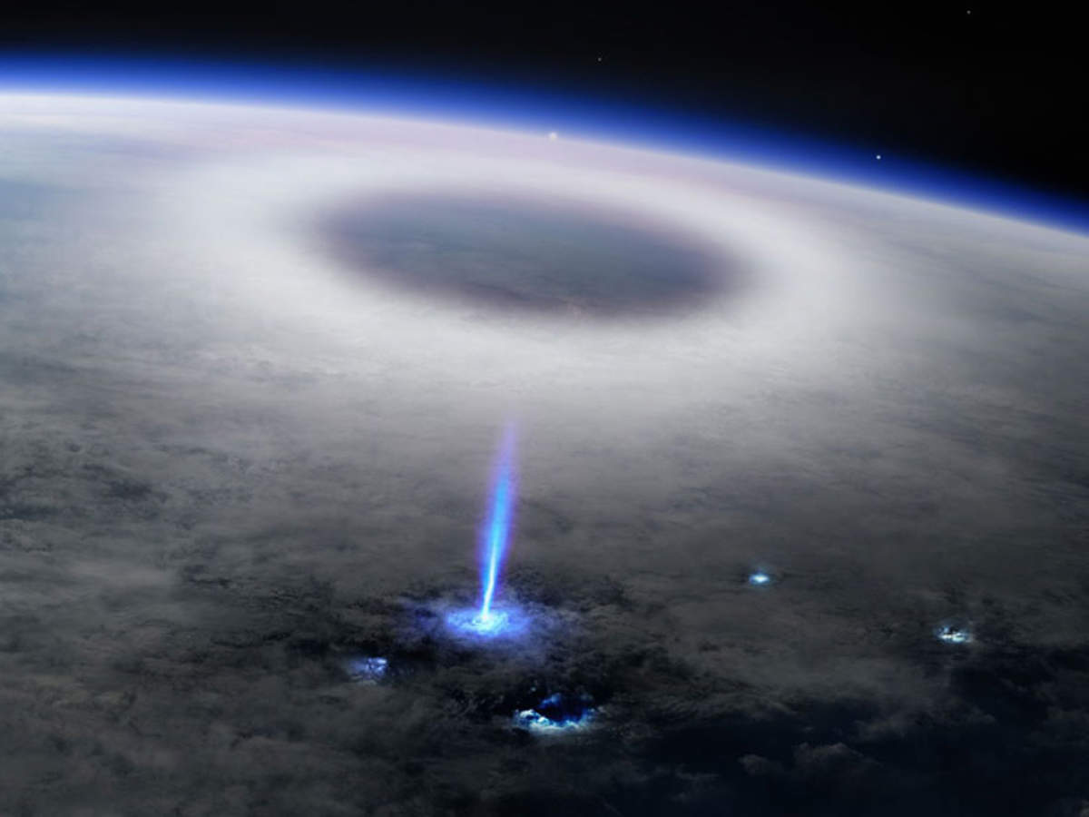 Blue Jet: बादलों के पार, अंतरिक्ष से दिखी धरती पर कड़कती बिजली, दुर्लभ नजारे का क्या असर मुमकिन?