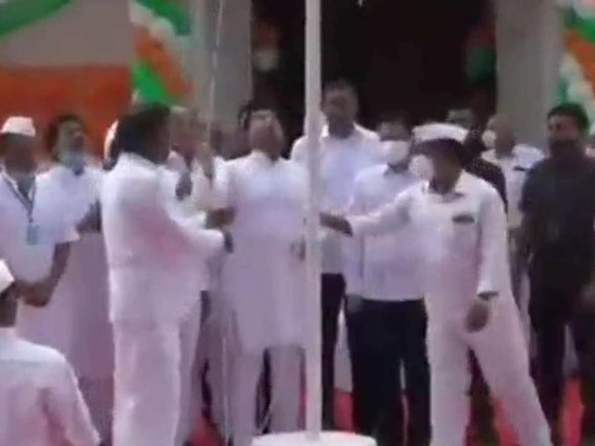 Congressmen chanting Jai Jai Kamal Nath after flag hoisting at Chhindwara, not singing national anthem, BJP says it is an individualist party- it is an individualistic party