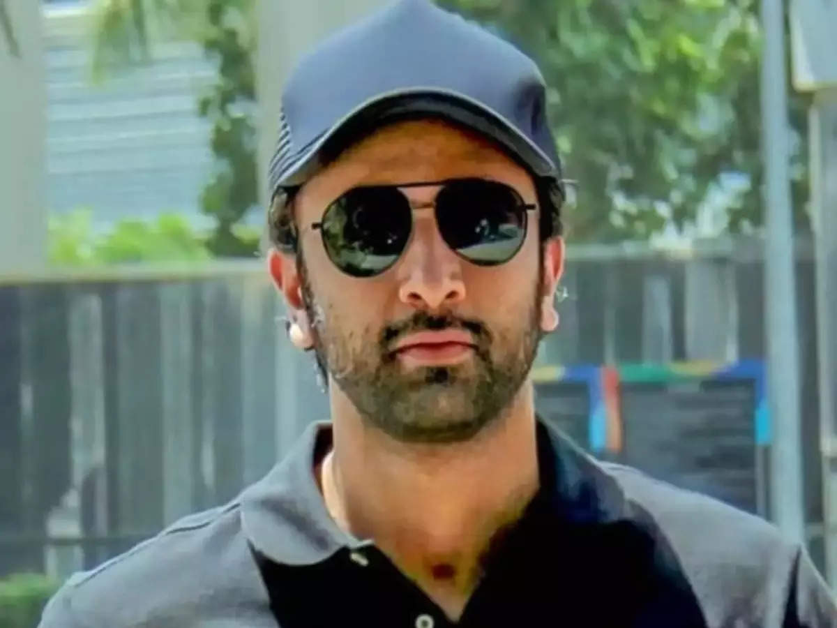Ranbir Kapoor insults photographers: Ranbir Kapoor's shocking behavior makes him insulting as he is surrounded by photographers Watch the video