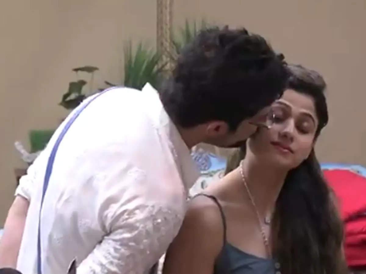 Shamita Shetty says that Rakesh Bapat kisses me right now: Shamita Shetty and Rakesh Bapat Video: A video of Shamita Shetty and Rakesh Bapat has surfaced on the Twitter handle of Bigg Boss.