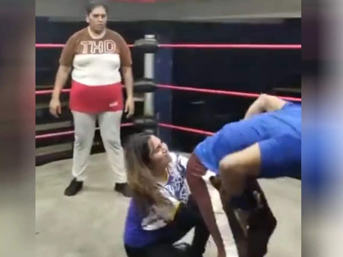 Video of Arshi Khan wrestling in the ring goes viral: Video of Arshi Khan wrestling in the ring went viral