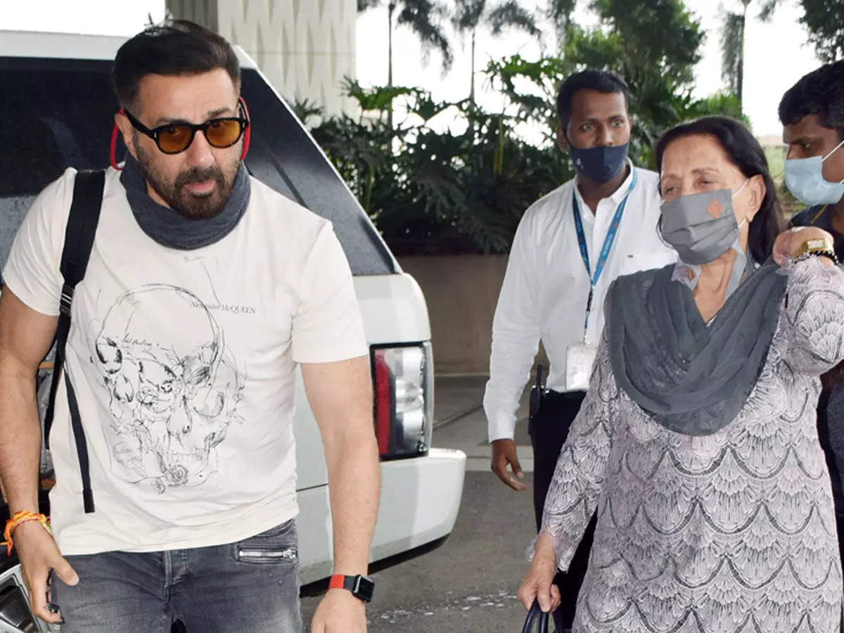 Sunny Deol with his mother: Sunny Deol with mother Prakash Kaur at the airport This video will win your heart: Video