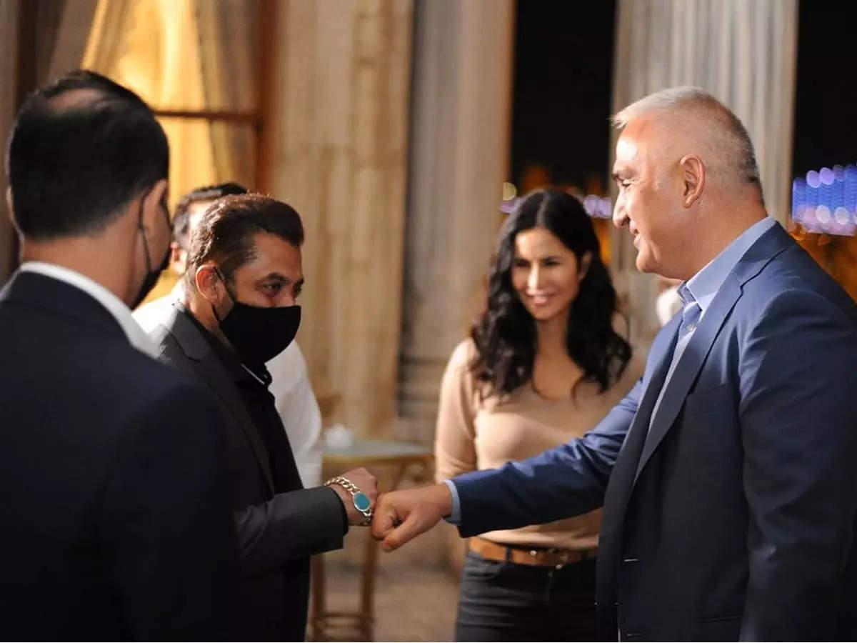 Salman Khan Katrina Kaif Wagh 3 Turkey: Photo: Salman Khan Katrina Kaif meets Turkish Minister and takes selfie with fans after lunch