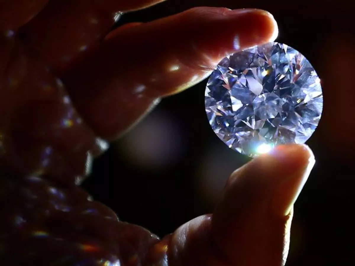 Diamond under the influence of temperature: A diamond that changes color at low temperatures