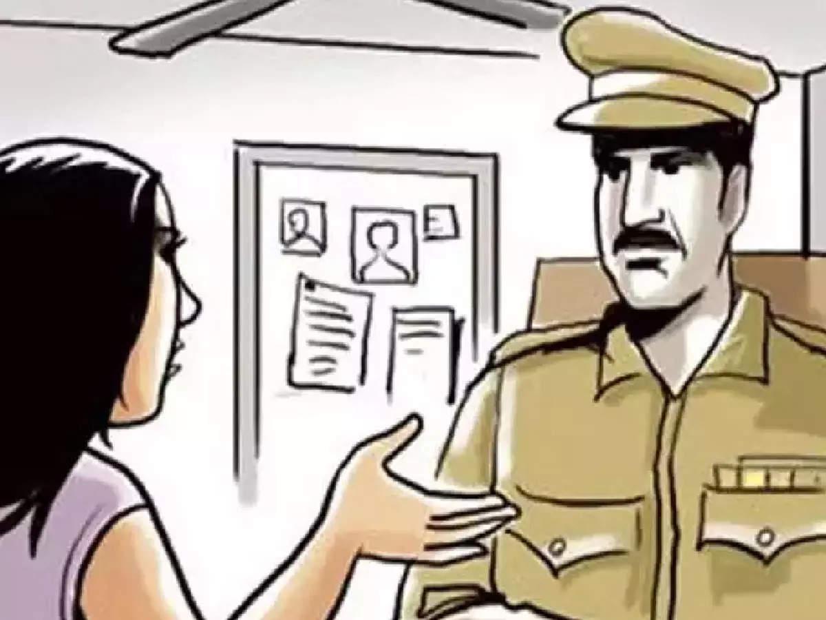 Delhi Police News: Delhi Police arrested women and men for taking bribe