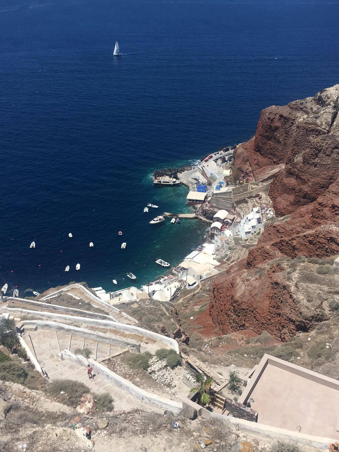 Vue sur la baie d'Oia à Santorin